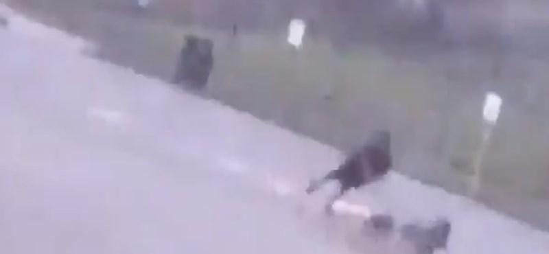 Végig vette a kamera, ahogy a férfi lába mellé csap a villám – videó