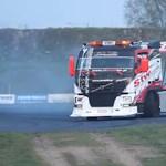 Egészen szürreális a driftelő kamion látványa – videó