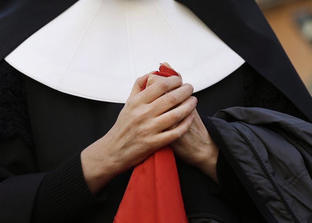Lemond a pápa,Castel Gandolfo, 2013. február 28.Összekulcsolja kezét egy apáca a pápai nyári rezidencia előtt, a Rómától délre fekvő Castel Gandolfóban 2013. február 28-án. Délután ide érkezik, majd este lemond XVI. Benedek pápa, aki a pápasága utáni első