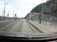 Hatalmasat repült az elektromos rolleres, akit egy taxis ütött el Budapesten
