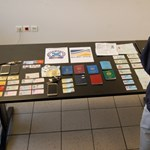 Egy asztalnyi hamis személyije volt az Athénban elfogott embercsempésznek