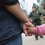 Csak erős idegzetűeknek: így sírnak a szüleiktől elválasztott gyerekek az amerikai határon