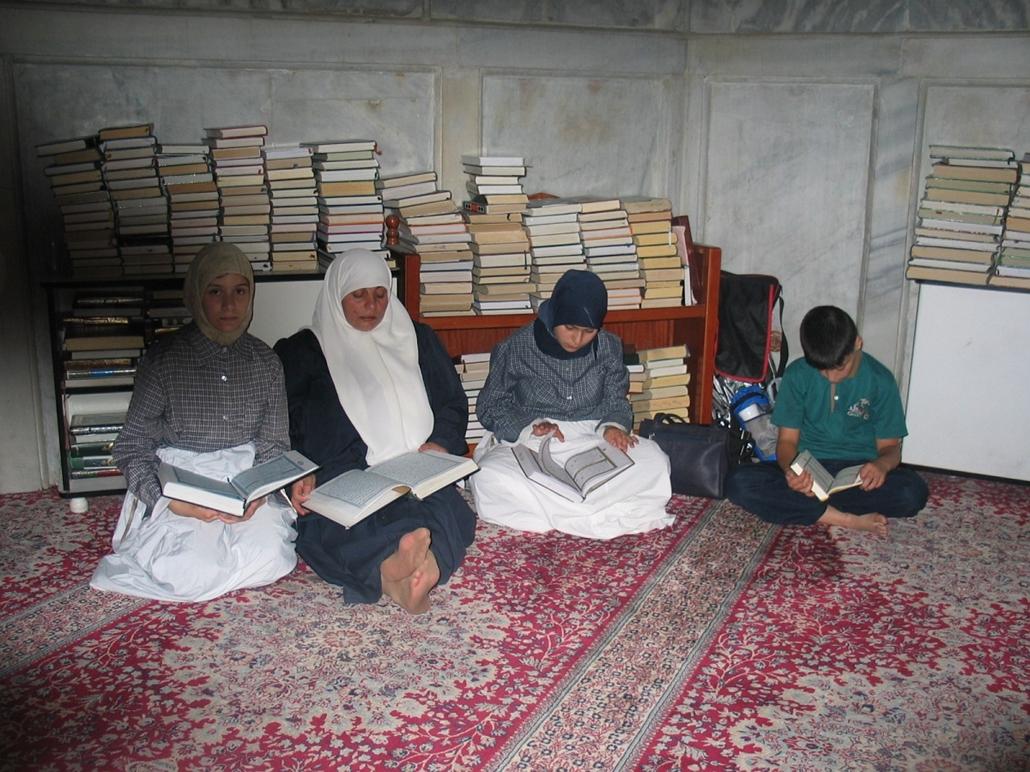 Koránolvasás közben a Zahdeh család - könyv világnapja nagyítás