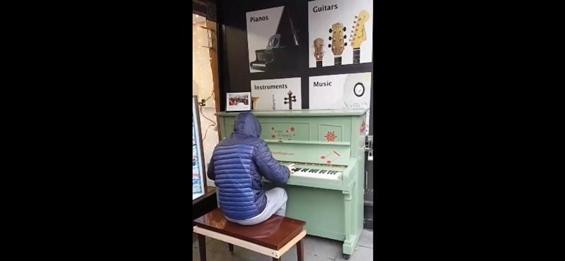 Ezért a zongoristáért megőrül az internet