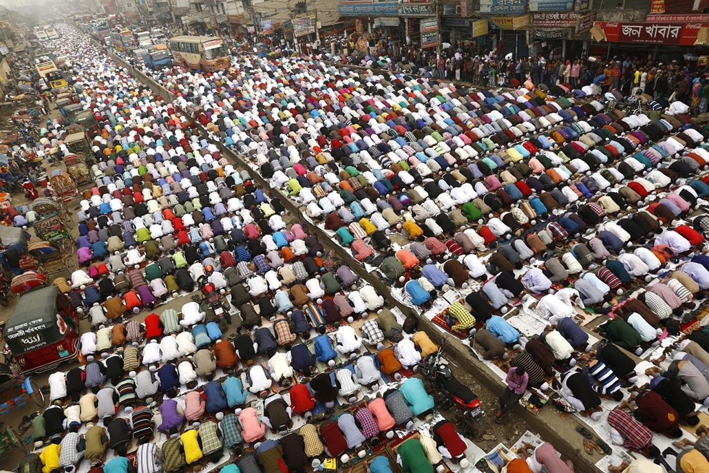epa.15.01.09. - Tongi, Banglades: hívők százai a három napos imádság első napján. A mekkai haddzs utáni második legnagyobb muszlim vallási gyűlésre mintegy kétmillió hazai és külföldi hívőt várnak. - 7képei