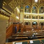 """""""Szégyen és vicc"""" - kivonult az ellenzék az alkotmányügyi bizottság üléséről"""