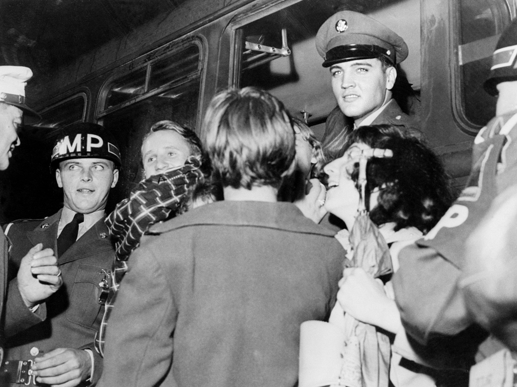 afp. Elvis Presley 80 nagyítás - 1959.01.01. GERMANY, Friedberg : Picture taken in 1959 in Germany of US rock star Elvis Presley (C) cheered by fans upon his arrival at Friedberg, to do his military service. Elvis spent two years in Germany whilst in the
