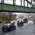 Kövekkel dobálta az érkező autókat két tini egy vasúti átjáróról Miskolcon