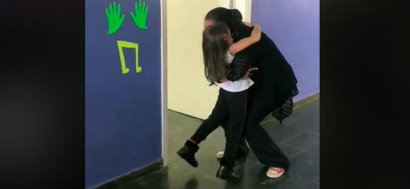 Minden nap különleges köszönéssel fogadja egy brazil tanárnő a diákjait