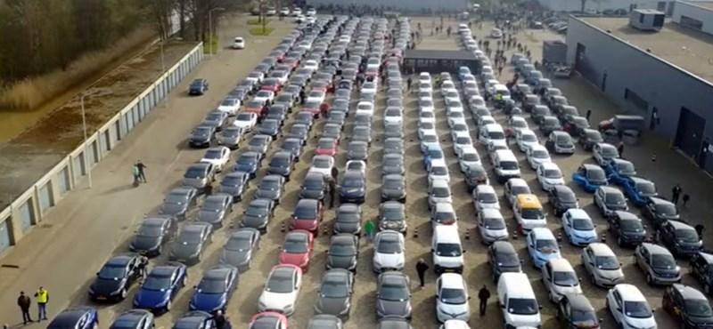Ez volt a világ legcsendesebb autós felvonulása: 746 elektromos autóval – videó