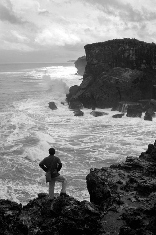 NE használd_! - Bartis Attila nagyítás - Férfi az óceán felett, Krakal, Jáva, 2016