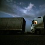 Harmincnyolc migránst találtak két kamionban a román határon