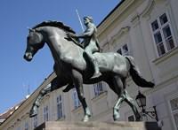 Fiatalok törték le a székesfehérvári lovasszobor kardját