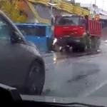 Videón, ahogy egy piroson áthajtó teherautó maga alá gyűr egy robogót a Lehel térnél