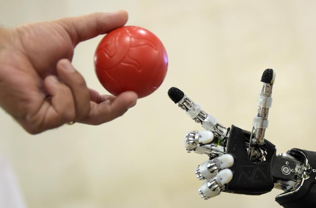 afp.14.11.18. - Madrid, Spanyolország: - humanoid iCoub robot az IEEE 2014 konferencián