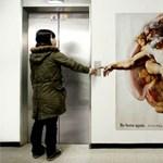 A nap képe: Istent játszik saját hirdetésén a plasztikai sebész?