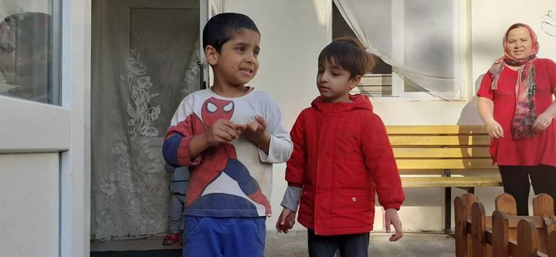 Az út közben született menekült gyerekek szaladgálnak a tábor udvarán