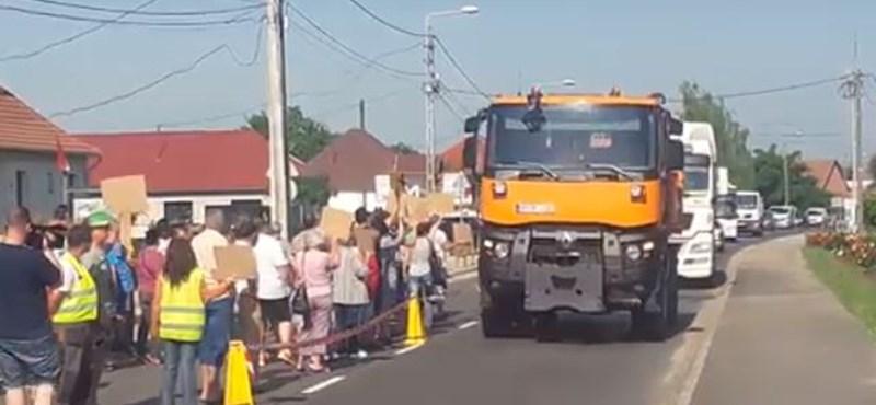 Videó: Elege lett a sok kamionból a sajószögedieknek, elállták a főút felét