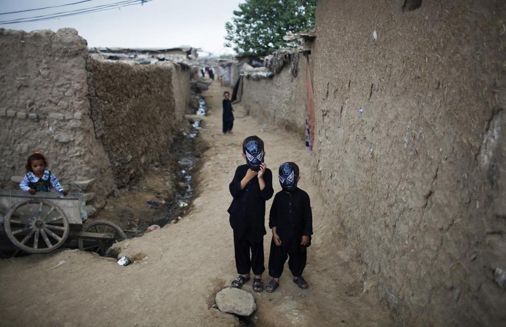 Pókember maszkos afgán gyerekek készülnek a ramadánt lezáró ünnepségre falujuk utcáján.