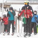 Tömegek indultak el síelni Ausztriában, több pályát is lezártak