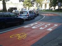 Sorra szedik ki a rendőrök az autókat Budapest buszsávjaiból – videó