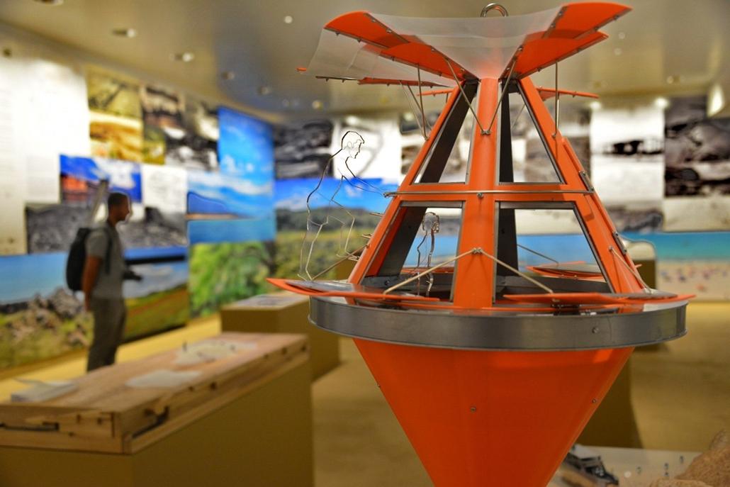 kka. Velencei Biennále 2014.06. nagyításnak - Görögország a turizmus fellendítésének lehetőségét vette számba - a tengerbe kihelyezhető lakóbólya makettje.