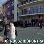 """""""Legalább 150 ember állt előttünk az oltópontnál"""" - 2,5 órát várt egy idős nő Esztergomban"""