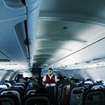 Pánikba esett utas a levegőben próbálta betörni a repülőgép ablakát