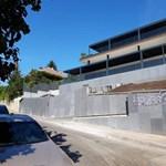 Konzultációs íveket szórt a Momentum Rogán Antal bérelt lakásának udvarára