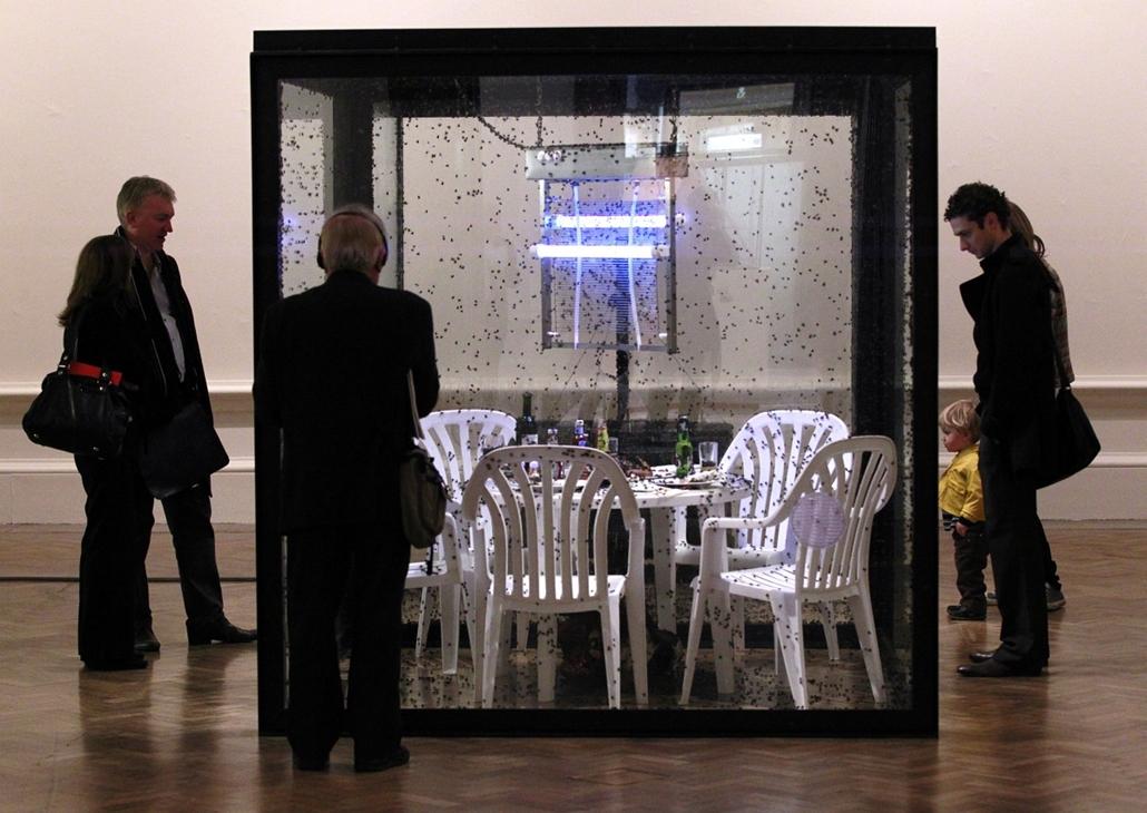 Vendégek nézik Damien Hirst művét a modern szobrok kiállításán Londonban.