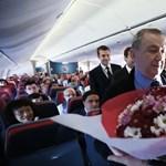 Megható videó terjed az interneten: így köszöntik tanárukat a török pilóták
