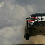 Látványos videó: ugrató WRC raliautó trafál el egy drónt