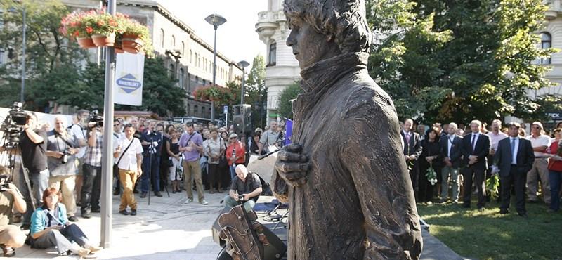 Fotó: Felavatták Cseh Tamás szobrát a Gellért téren