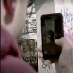 Fiatal graffitiművészek így tüntetik el a falakra festett horogkereszteket Berlinben - videó