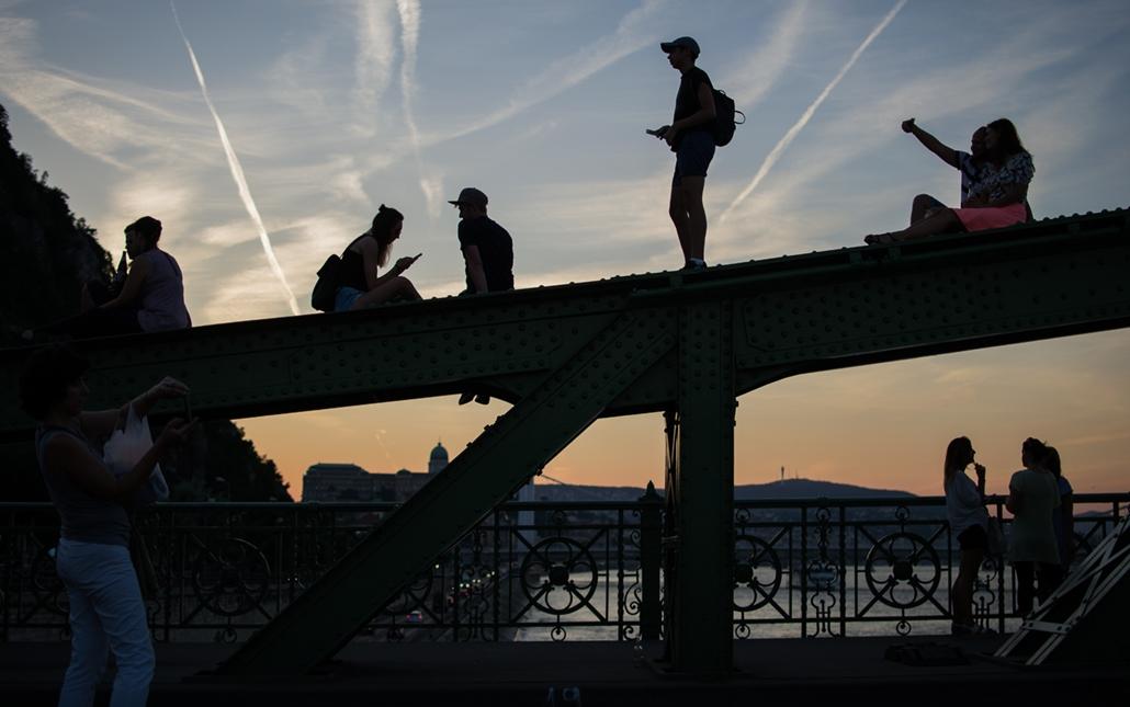 ae.16.08.29. - élet a lezárt szabadsághídon. szabadság híd, nyár