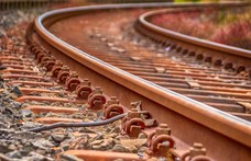 Betonelemet rakott viccből a sínekre egy fiatal Somogyszentpálnál
