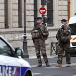 Hangokat hallott a fejében a párizsi késelő a támadása előtt