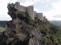 Tündérmesébe illő várban esküdne? Egy olasz faluban csak száz dollárt kérnek érte