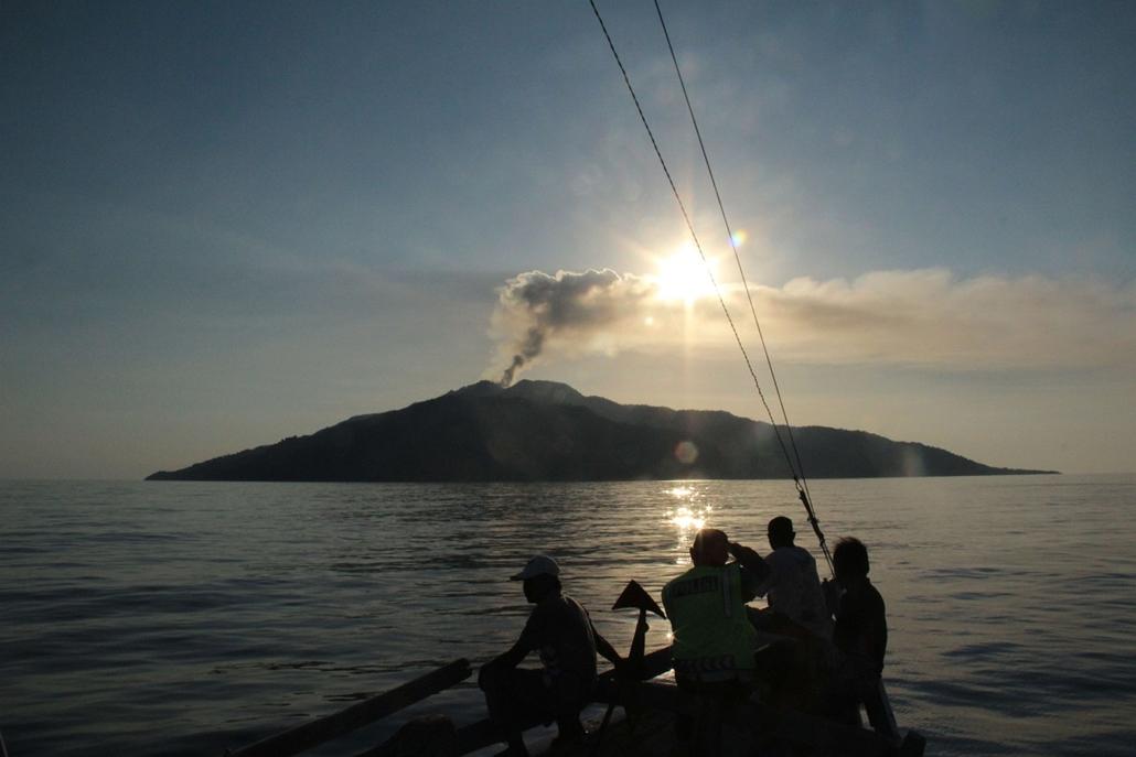 Palu, Indonézia: -a füstölgő Mount Rokatenda vulkán 2013. augusztus 12-én - vulkán, vzulkánkitörés,