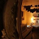 Videó: Boldogan él hajléktalanjával egy társasház