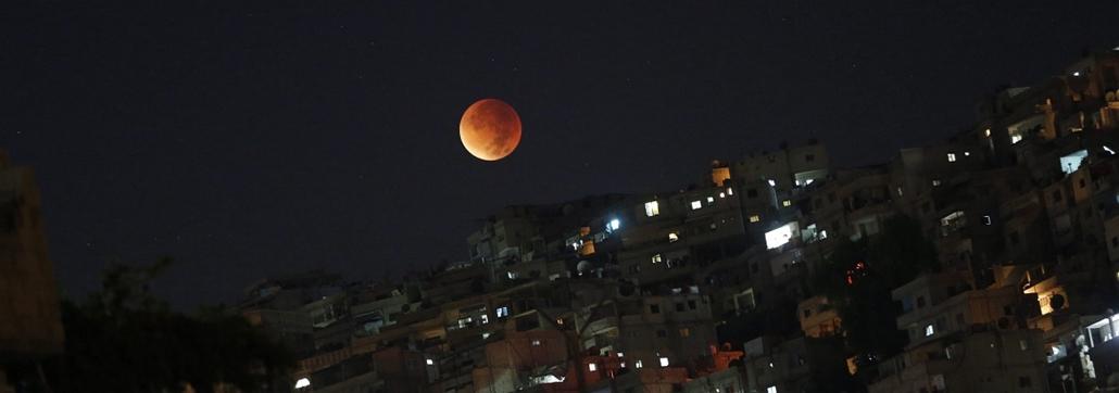 epa.15.09.28. - Damaszkusz, Szíria: Teljes holdfogyatkozás Damaszkusz belvárosából nézve - holdfogyatkozás, szuperhold