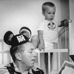 Kép: Walt Disney mesét olvas unokájának