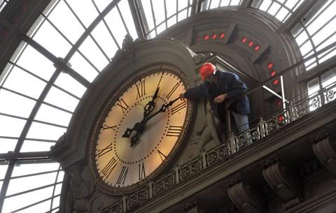 Tanórák napkelte előtt: mi történne, ha márciusban lenne az utolsó óraátállítás?