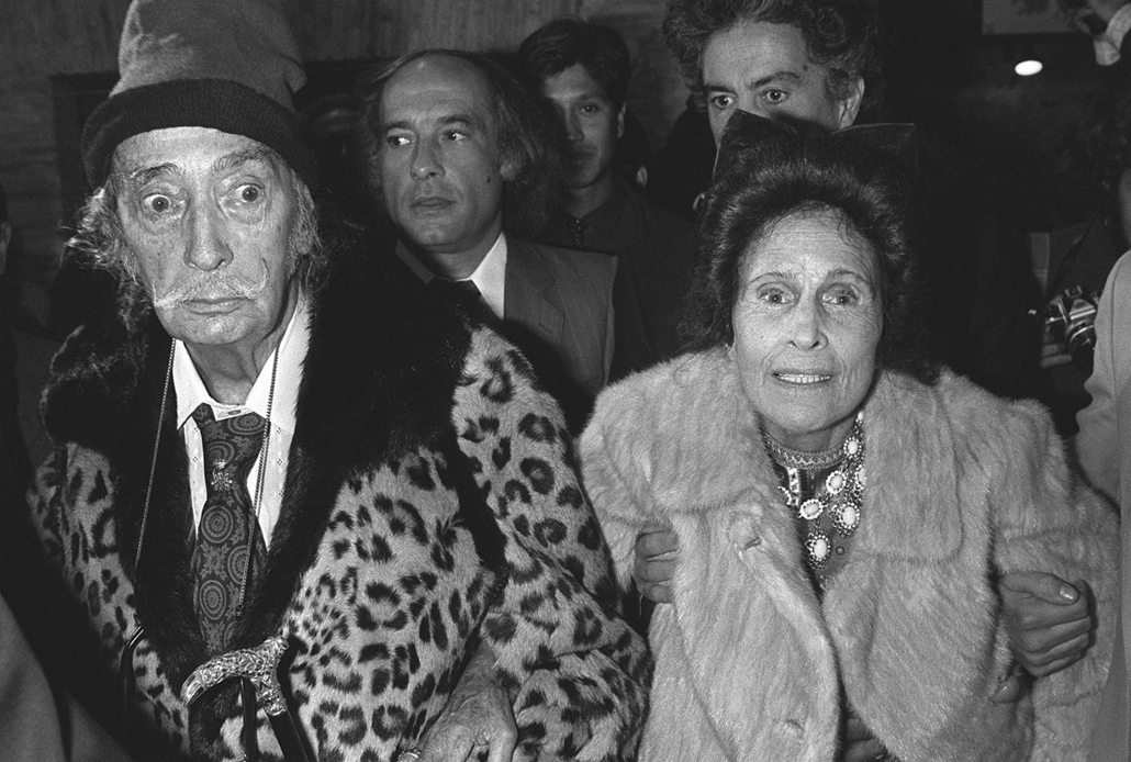 afp. nagyítás - Salvador Dali 110 éve született - 1980.10.24. SPAIN, Figueras : Photo prise le 24 octobre 1980 dans le cadre d'une conférence de presse à Figueras du peintre catalan Salvador Dali, l'un des plus célèbres artistes du XXè siècle, en compagni