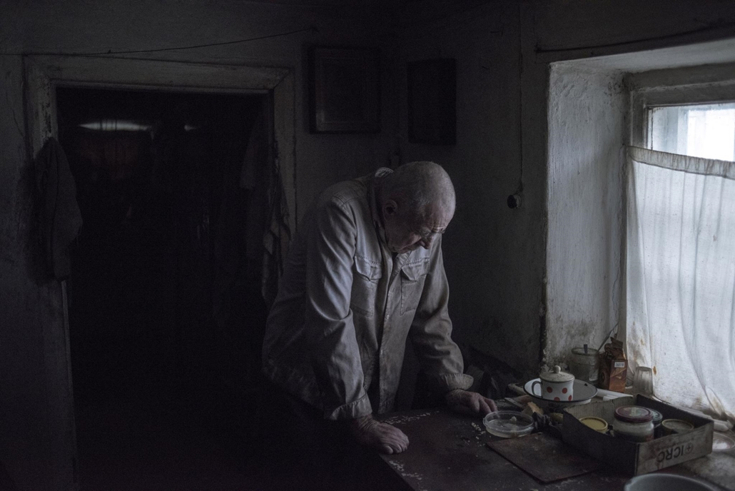 NE HASZNÁLD  Budapest International Foto Awards Az év fotósa Valery Melnikov Részlet a szürke zóna című sorozatból