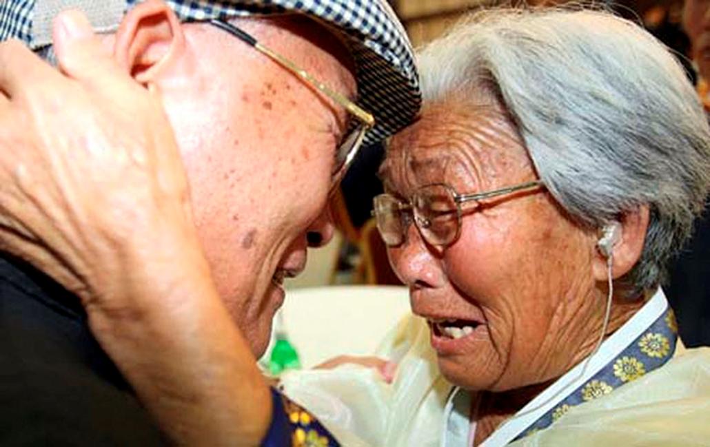 A dél-koreai Rjang Rjun Hak  és észak-koreai nővére sírnak örömükben, amikor több mint 50 év után találkoznak az észak-koreai Gyémánt-hegyen. Ezen a napon több mint 120 dél-koreai - legtöbbjük hetvenenéves avagy még idősebb - kapott engedélyt arra, hogy az észak-koreai keleti parton fekvő gyémánt-hegyi üdülőhelyen rég nem látott hozzátartozójával találkozzék - közölte a dél-korai egészségügyi, jóléti és családügyi minisztérium.