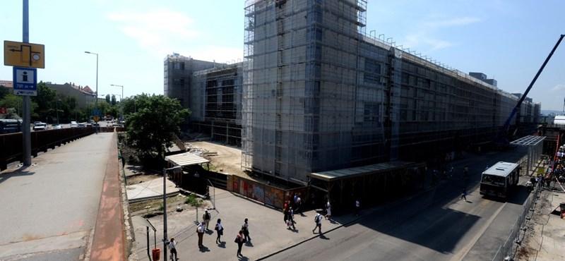 Fél évre felfüggesztené az új plázák építését az LMP