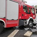 Így szakadt be a tűzoltóautó alatt az egri szökőkút – videó