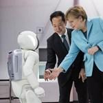 Fotó: Angela Merkel a Honda robotjával parolázik