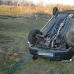 """Büntetőfékezés miatt borult fel egy autó, vádat emeltek a """"leckéztető ellen"""""""